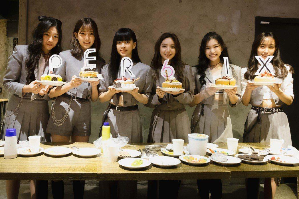 女團「PER6IX」開心慶祝新歌「頑美」MV點閱破百萬。圖/喜歡音樂提供