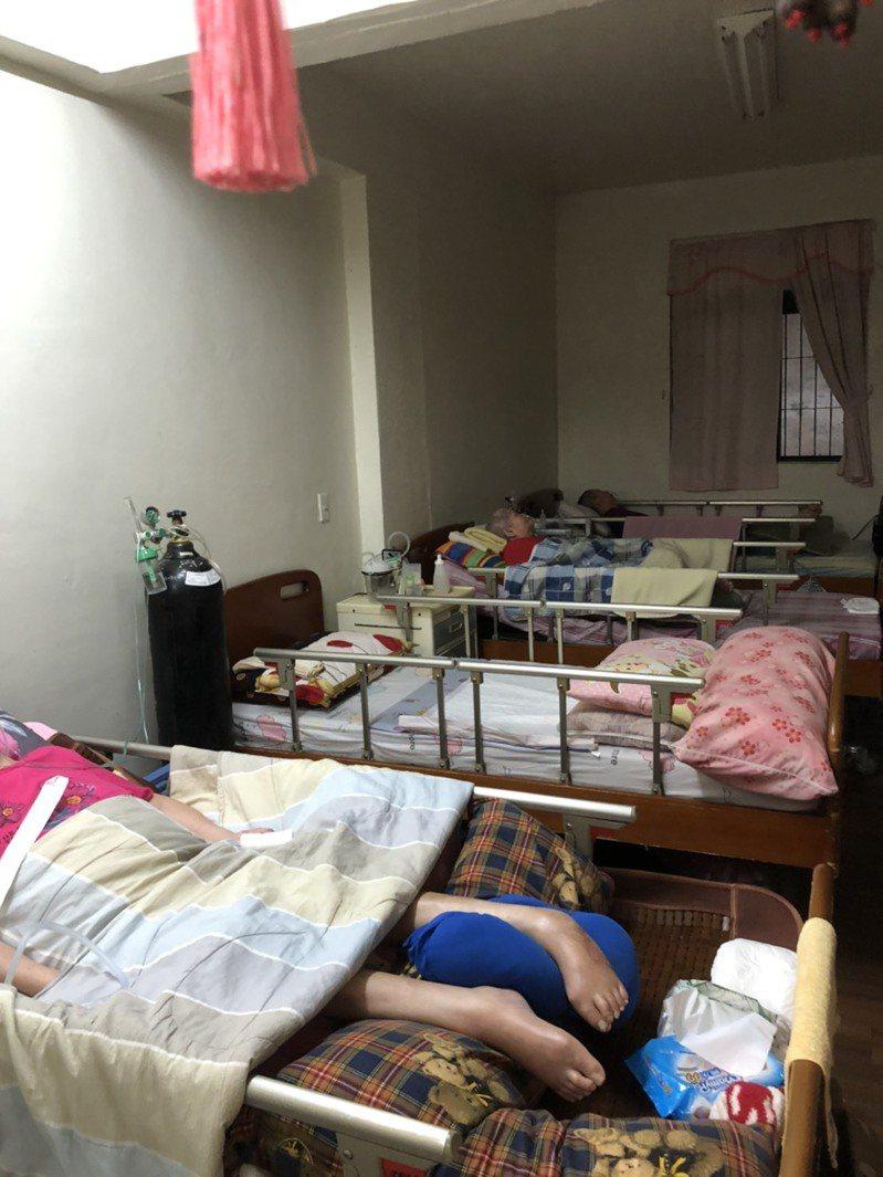 社會局今日透過民政體系通報,在中和區查獲一處無照的長照住宿型機構收容7位失能住民。圖/新北市消防局提供