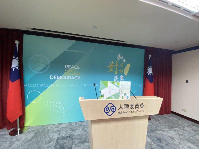陸委會新聞室發言人講台背板今周更新,同時陸委會釋出兩岸政策新文宣。記者呂佳蓉/攝影
