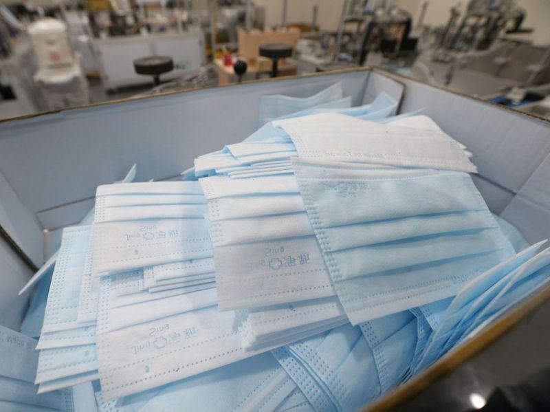 高雄檢方和衛生局查扣淨新口罩一批,口罩生產機台及一大落熔噴不織布等原料。記者劉學聖/攝影