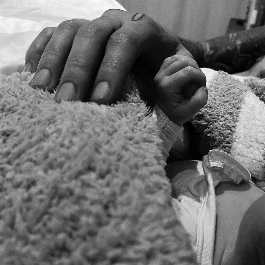 吉吉哈蒂德發布和剛出生女兒的握手照。圖/摘自Instagram