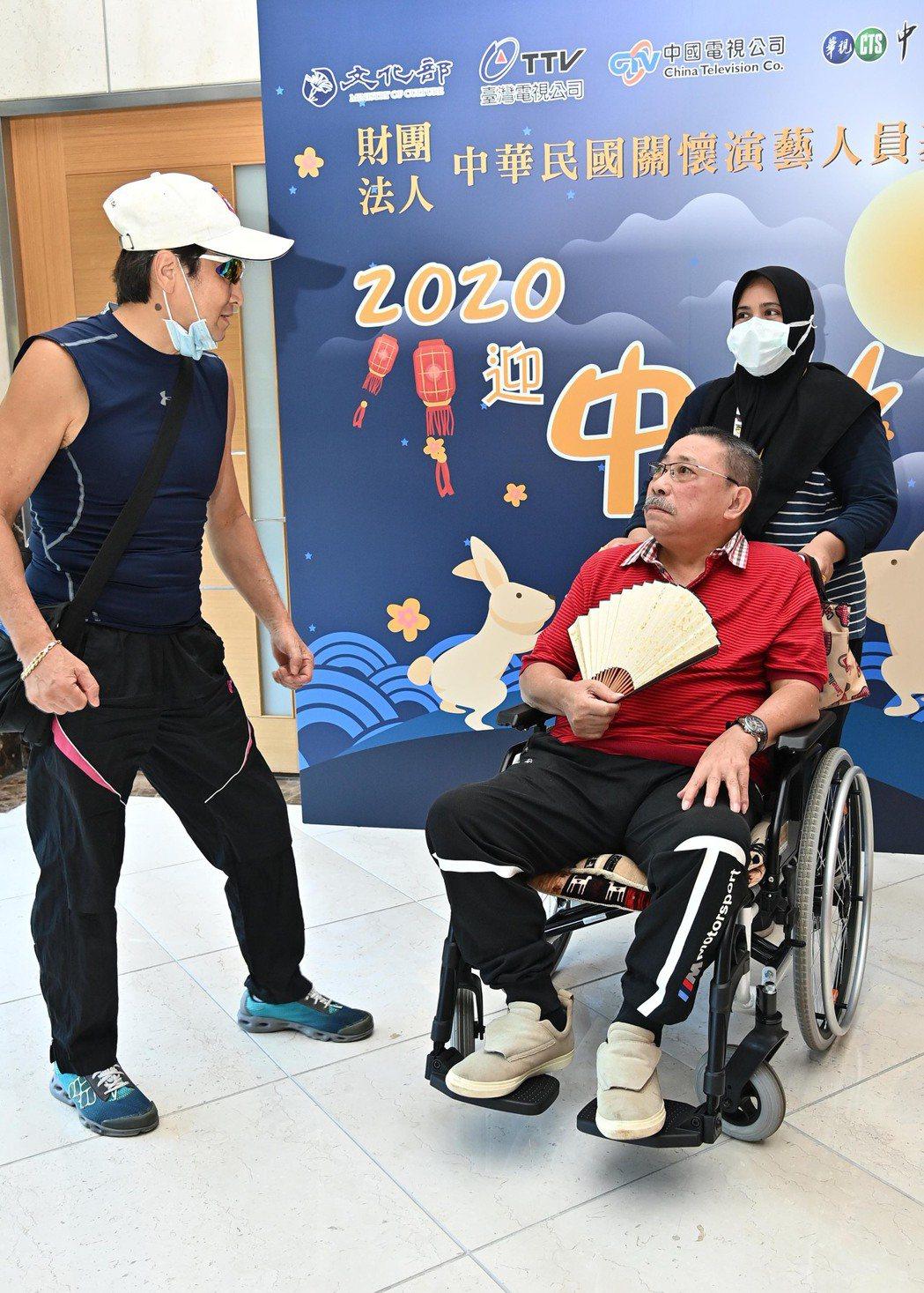 陳松勇(右)遇到衛子雲開心閒聊。圖/台視提供