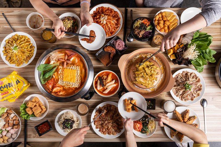 銅盤推出4人同行送12隻南美白蝦,8人用餐再送鱸魚厚片。圖/豆府集團提供