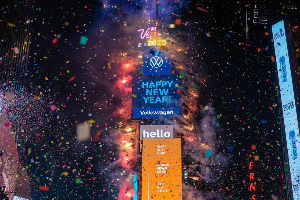 今年1月1日凌晨零時,紐約時報廣場施放煙火,迎接新的一年。(法新社)