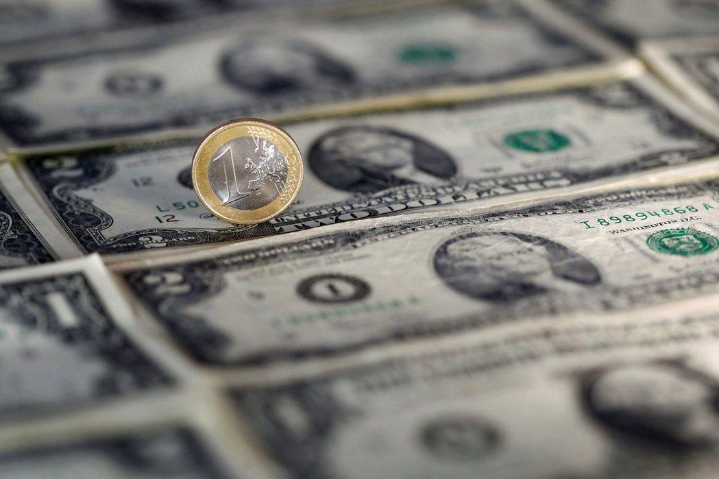 美元續獲投資人青睞,連四天走高,逼近九周高點,本周迄今累計漲約1.6%。(路透)