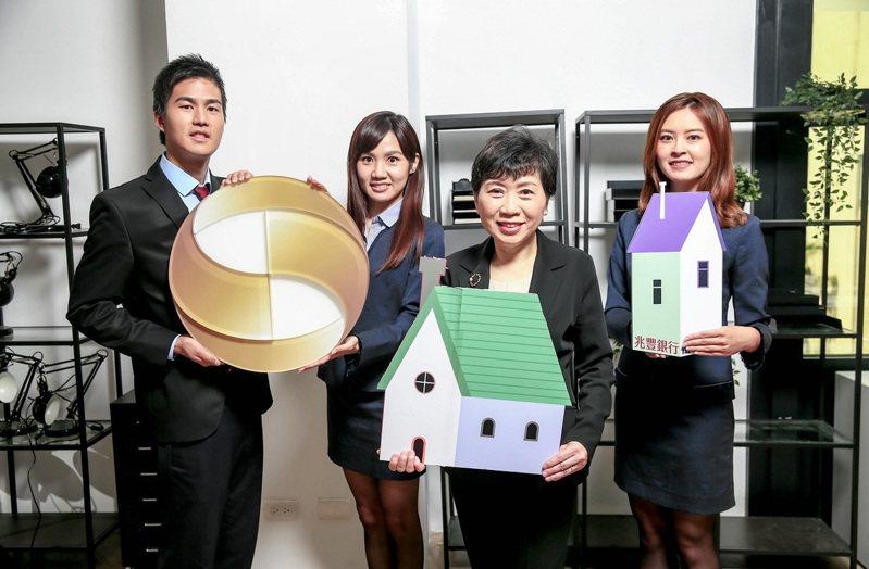 兆豐銀行是企金外匯龍頭,房貸業務也衝進市場前十大,圖為兆豐銀消金副總經理陳昭蓉(右二)與部門精英團隊。兆豐銀行/提供