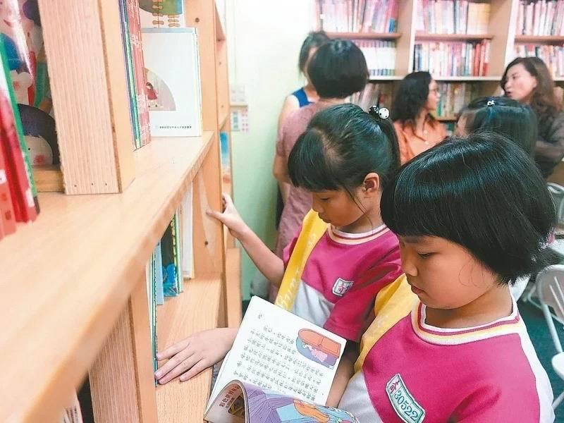 專家建議家長觀察孩子閱讀喜好,挑選合適書籍,安排在固定時間、地點閱讀。 圖/聯合報系資料照片