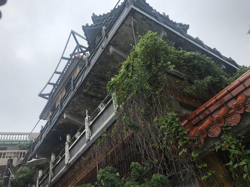 基隆市中山區「淨因禪寺」荒廢數十年,衍生環境衛生、公安和治安疑慮。記者邱瑞杰/攝影