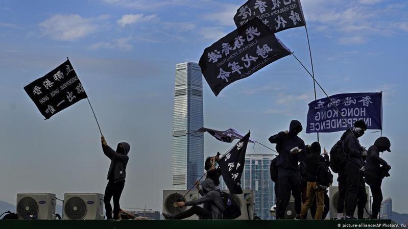 香港警方周五(9月25日)通報,一名男學生及其母親因涉嫌違反《國安法》在社交平台上售賣武器被捕。圖/德國之聲中文網