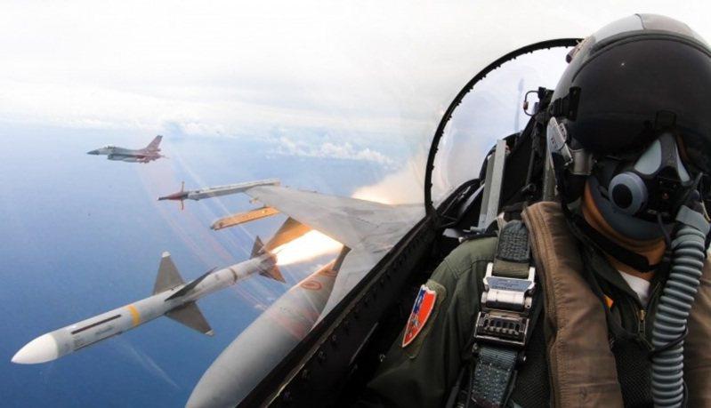 圖為空軍F-16戰機發射麻雀飛彈瞬間。圖/軍聞社提供