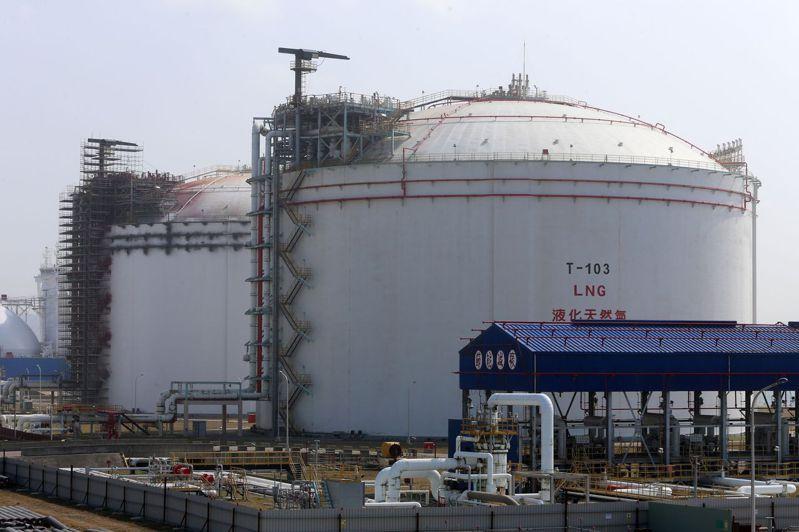 學者指出,天然氣原料高度依賴進口,安全存量更遠低於核能、燃煤,圖為中油天然氣儲存槽。 圖/聯合報系資料照片