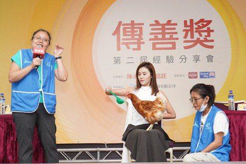 黎明教養院於花蓮首創療育雞服務身心障礙者及失智長者,現場讓民眾體驗療育雞。