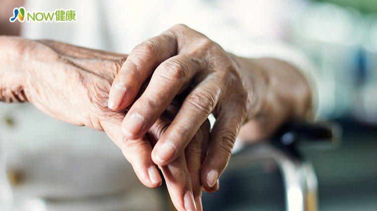 ▲帕金森氏症是種慢性神經退化疾病,使得肌肉活動受到不同程度的限制,影響身體活動能...