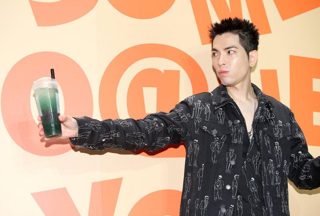 蕭敬騰出席自有飲料店內湖旗艦店開幕記者會。記者余承翰/攝影