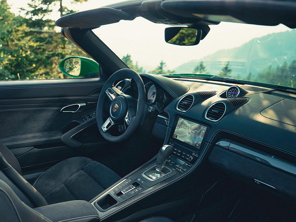 在保時捷718 GTS 4.0車型中,標配Sport Chrono跑車計時套件可...
