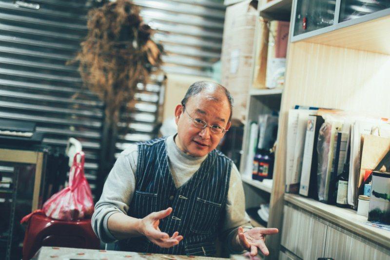 對戴爸爸來說,做菜是生活必須,也是興趣。 圖/悅知文化提供