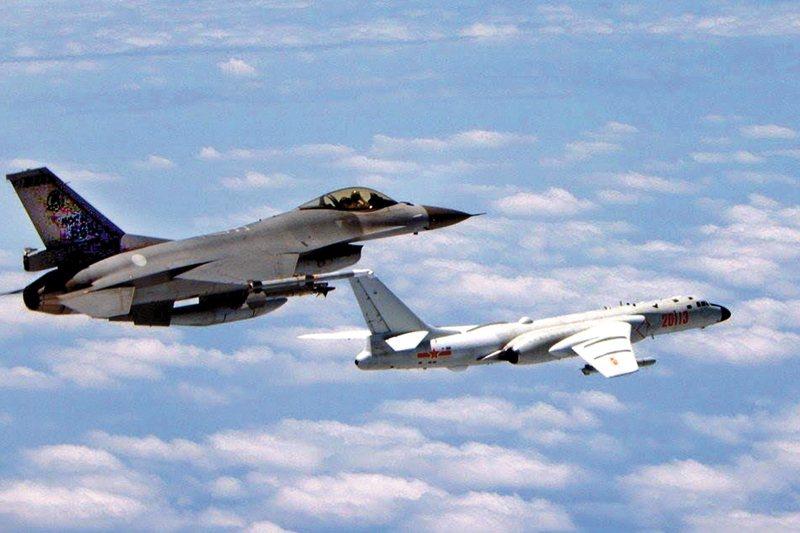 我空軍F16戰機攔截共軍轟-6K照。 圖/國防部