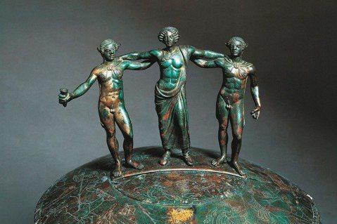 這是西元前四世紀羅馬世界的精品,是費可諾尼(Ficoroni Cista)匣子的...