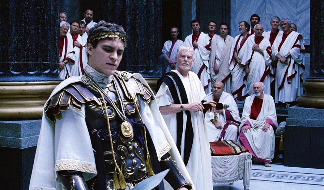 圖為神鬼戰士中瓦昆.菲尼克斯所飾演的羅馬帝國皇帝康莫德斯,與元老院成員。 圖/《...