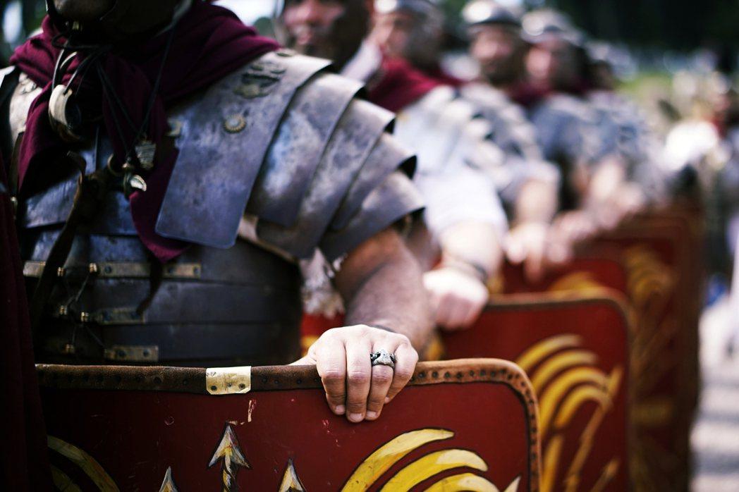 圖為民眾參與慶祝羅馬建城的變裝遊行。 圖/美聯社