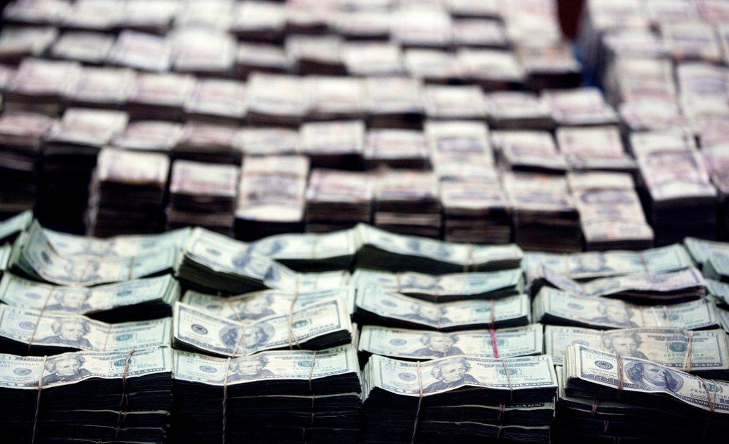 圖為2012年墨西哥毒品戰爭期間,警方破獲毒販的大量美金。 圖/美聯社