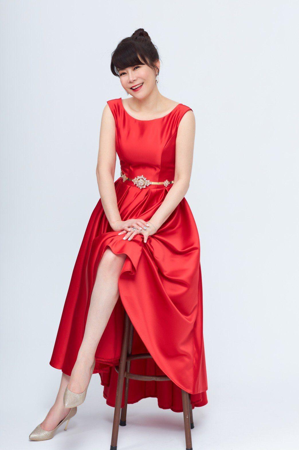 錢怡君是這次「全球華文永續報導獎」的主持人,平時樸素的她換上禮服,令人驚豔。圖/...