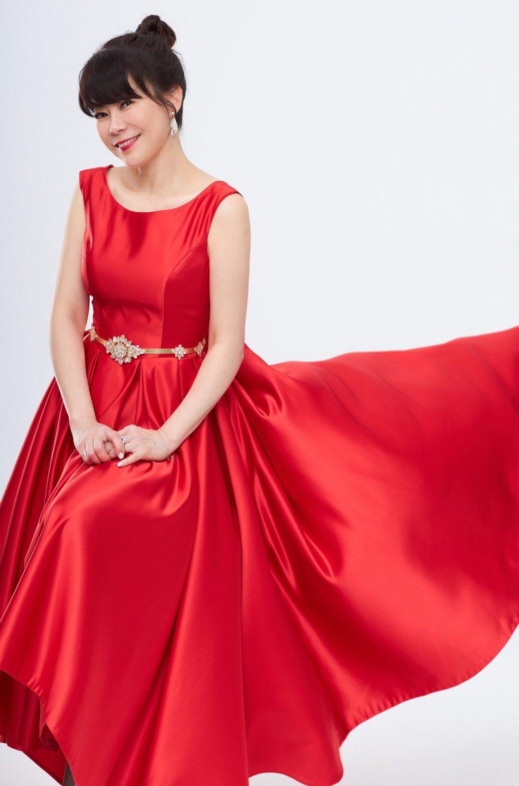 錢怡君是這次「全球華文永續報導獎」的主持人,平時樸素的她換上禮服,令人驚豔。圖/