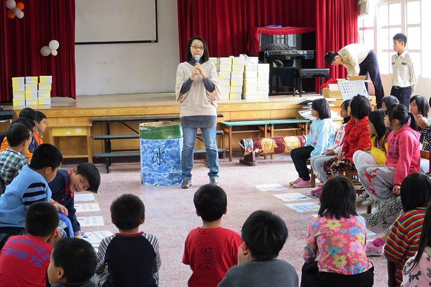 王雅玢老師與桃園環保局合辦送愛到偏鄉活動,並向三光國小學童宣導環保觀念。 中原大...
