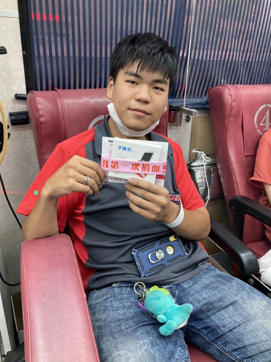 東南科技大學學生會副會長簡冠賢,響應本次活動熱血獻出人生第一次捐血。 東南科...