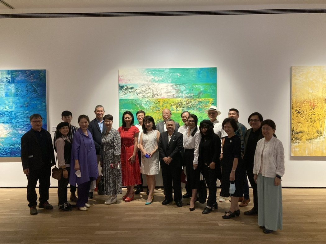 苗栗縣府參訪團巧遇藝術家謝義錩本人,開心與他及作品合影。  南美館 提供