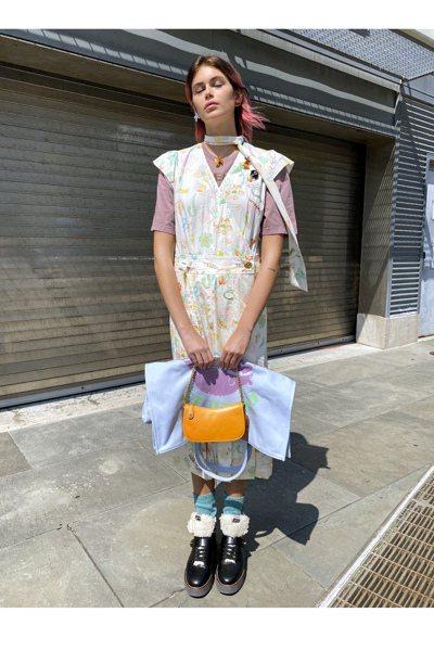 凱亞葛柏以托特包、小包款的配襯方式,表現COACH春季多個包款疊搭的造型。 圖/...
