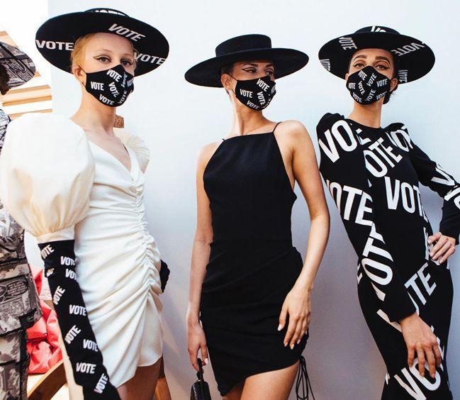 Christian Siriano秀上模特兒戴著VOTE字樣的口罩。 圖/取自I...
