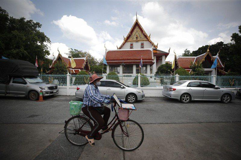泰國在疫情中拯救觀光業,準備10月開放限額的外國觀光客入境90天,所有入境觀光客須先隔離14天。如果頭一個月沒發現確診病例,政府有可能把隔離期間縮短為7天。 歐新社
