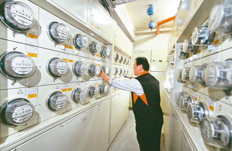 台電統計,4月迄今供電量較去年同期增加近10億度,尖峰更較去年同期增加逾百萬瓩。 本報系資料庫