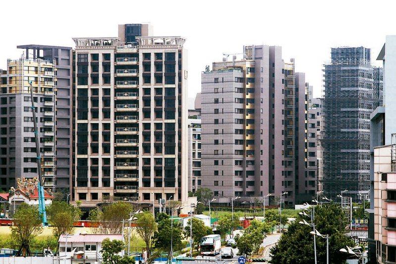 央行公布8月房貸餘額為新台幣7兆7377億元,年增率衝上7.18%,創下2010年7月以來最大增速。 本報系資料庫