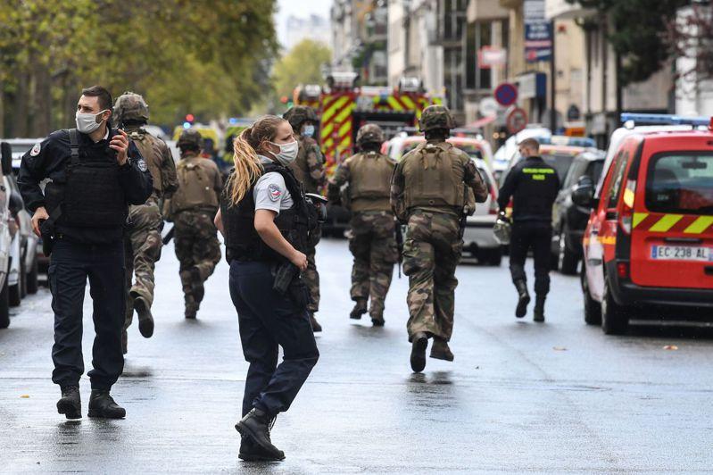 法國總理卡斯特克斯(Jean Castex)表示,巴黎市今天發生一起凶嫌持刀攻擊事件,導致4人受傷,其中2人傷勢嚴重,事發地點位在嘲諷雜誌「查理週刊」原本的辦公室外頭。 法新社