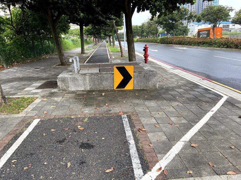 淡水區新市鎮新市二路自行車道,檢修通道出口成為路障,市議員鄭宇恩服務處要來解決安全問題。 圖/紅樹林有線電視提供