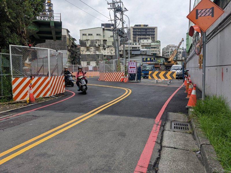 汐止同興路延伸康寧街工程,福德三路雖然維持不封路,本來直行的道路,現在得走S型,所以請民眾減速慢行。 圖/觀天下有線電視提供