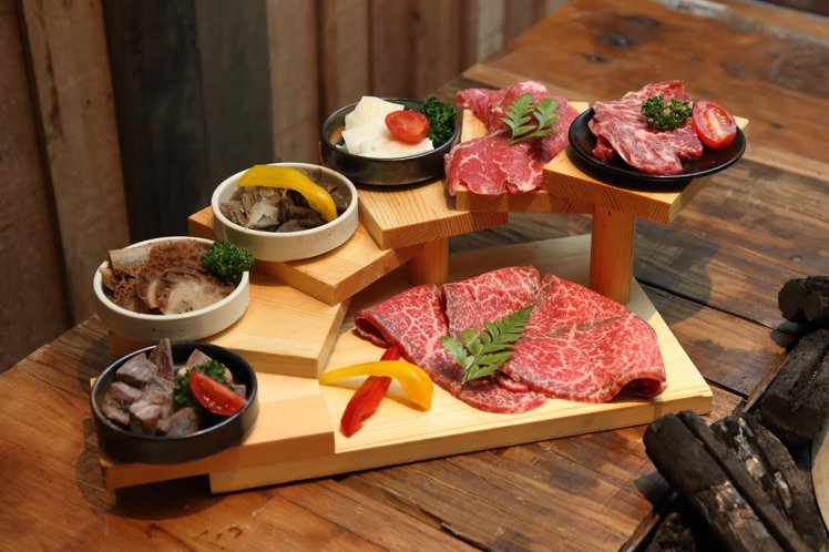 一次吃得到7款食材的「內臟牛肉火鍋拼盤」,每套900元。記者陳睿中/攝影