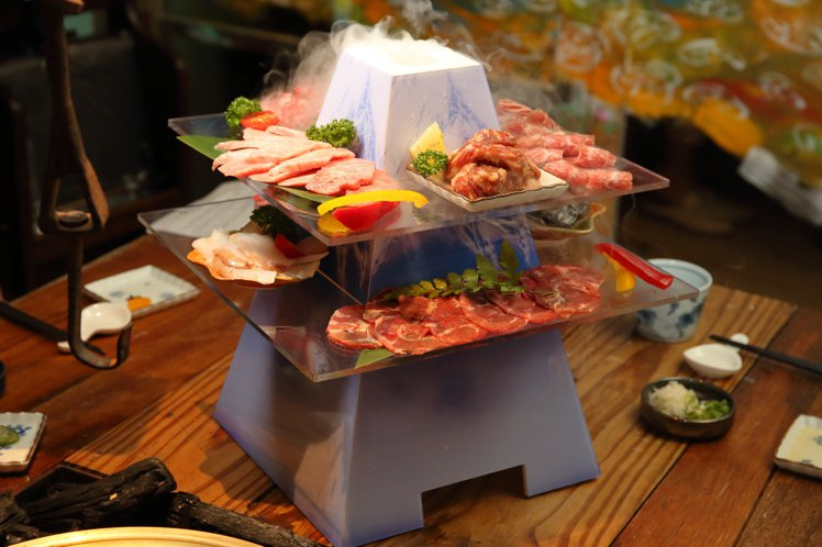 整體造型浮誇、乾冰煙霧不斷湧出的「燒肉富士山」。記者陳睿中/攝影