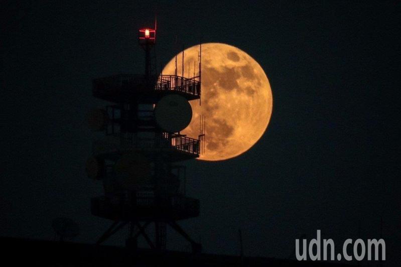 中秋夜是否適合賞月?吳德榮說,大氣穩定,北部及東半部迎風面因水氣堆積,賞月略受低雲干擾,但仍有機率;而背風面中南部午後發展的雲層已消散、本是適合賞月的天氣。本報資料照片
