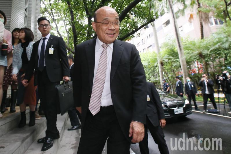 行政院長蘇貞昌(中)上午赴立法院被答詢,院會前蘇揆接受媒體記者時事訪問。記者許正宏/攝影