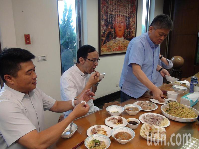 前國民黨主席朱立倫(中)、大甲鎮瀾宮董事長顏清標(右)、前立委顏寬恒(左)今日共同推薦在地小吃「台灣健康豬全餐」,一起挺台灣豬。記者余采瀅/攝影