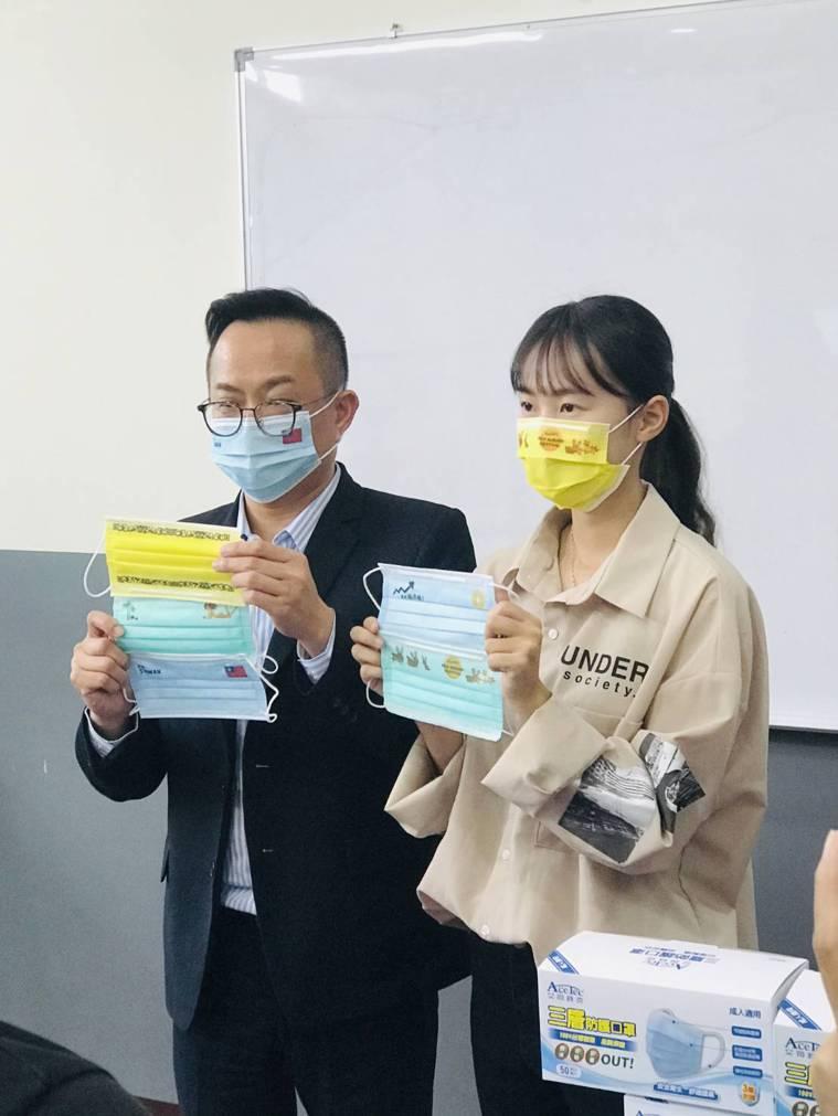 聚隆發言人賴明毅(左)說,聚茂客製化圖案的三層式防護口罩,中層使用的是台灣熔噴不...