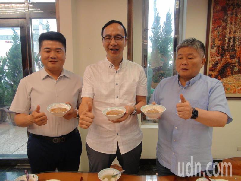 前國民黨主席朱立倫(中)今日到台中品嘗在地小吃「台灣健康豬全餐」,一起挺台灣豬。記者余采瀅/攝影