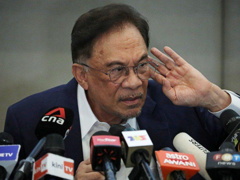安華(見圖)23日突然開記者會宣稱掌握國會近三分之二席次,足以拉下現任慕尤丁,由他上台任相。路透