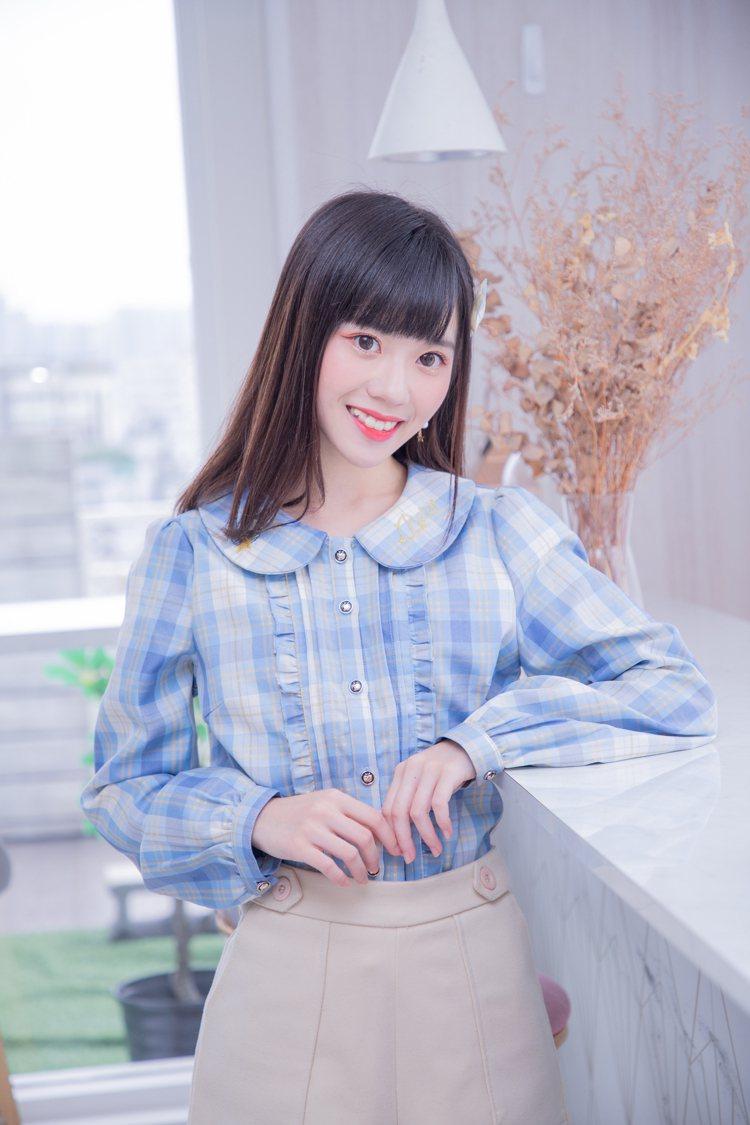 露比午茶AKB48 Team TP聯名系列可愛刺繡格紋上衣1,180元。圖/Ru...