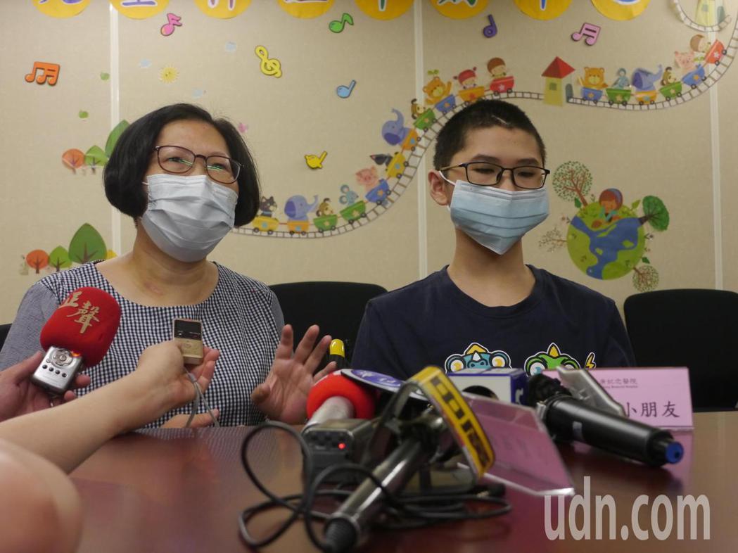 「小閎」目前還在國中就讀,媽媽(左)長期到校陪讀上課,手術後她的負擔變輕,也獲得...