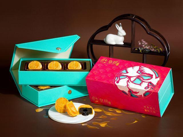「經典流心雙輝」中秋禮盒,有人氣的流心奶黃月餅+流心芝麻月餅。 圖/皇玥餅藝提供