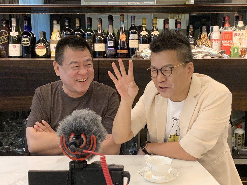 知名經紀人孫德榮(左)開網路節目「孫腫來了」訪問沈玉琳。圖/修毅提供